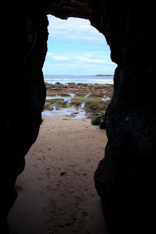 Trajeto da praia das cavernas fotos de stock