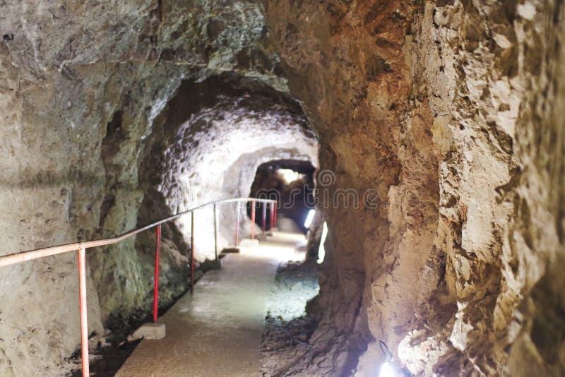 um trajeto seguro em uma caverna da estalactite foto de stock