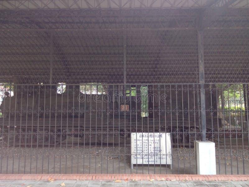Um trem abandonado velho do vapor, no parque foto de stock royalty free