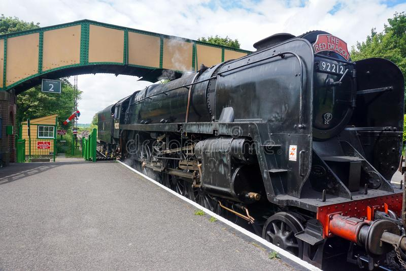 Um trem como incorpora uma estação na estrada de ferro meados de do vapor de Hants imagens de stock royalty free