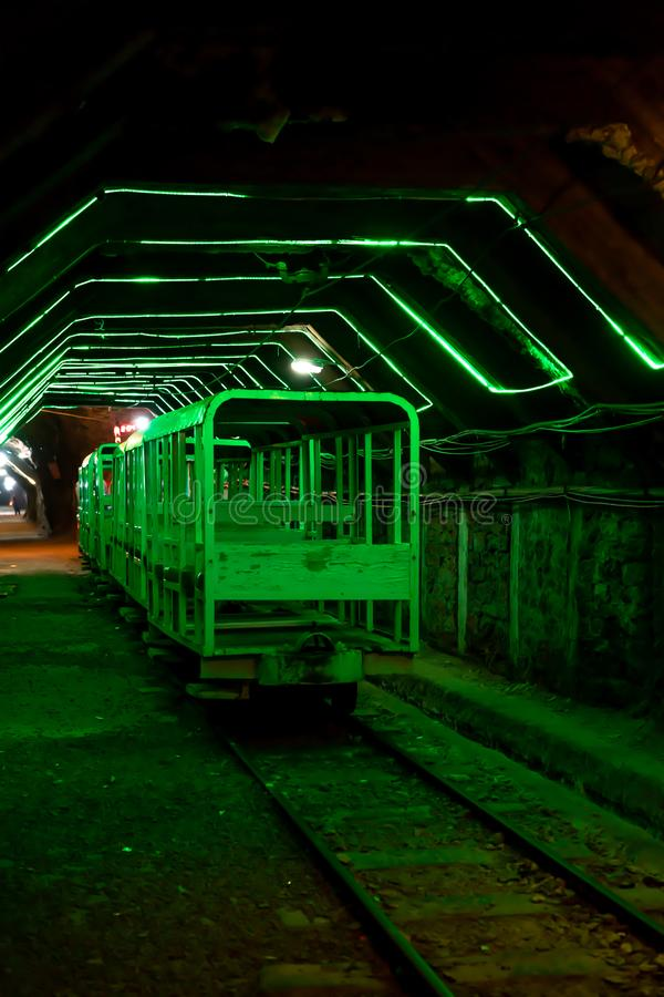 Um trem do transporte na mina de sal de Khewra foto de stock royalty free