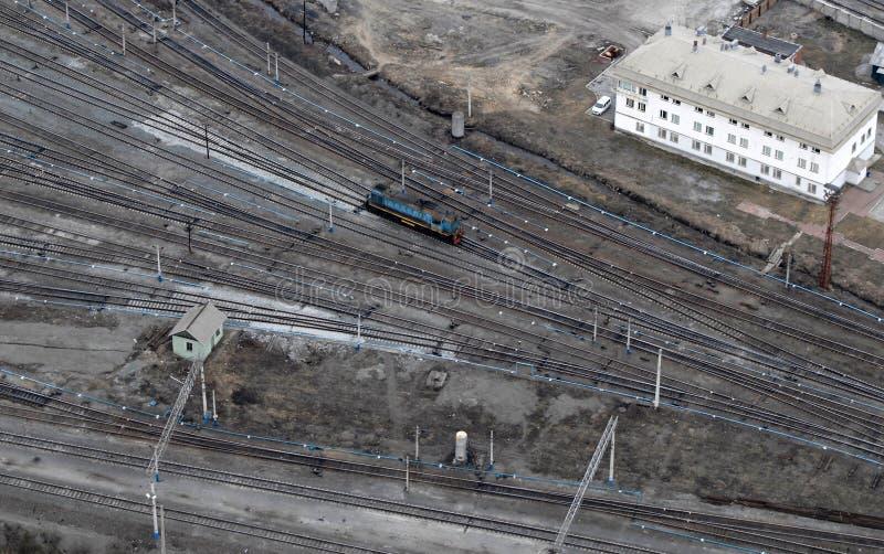 Um trem e muitos trilhos. Vista aérea. fotografia de stock royalty free