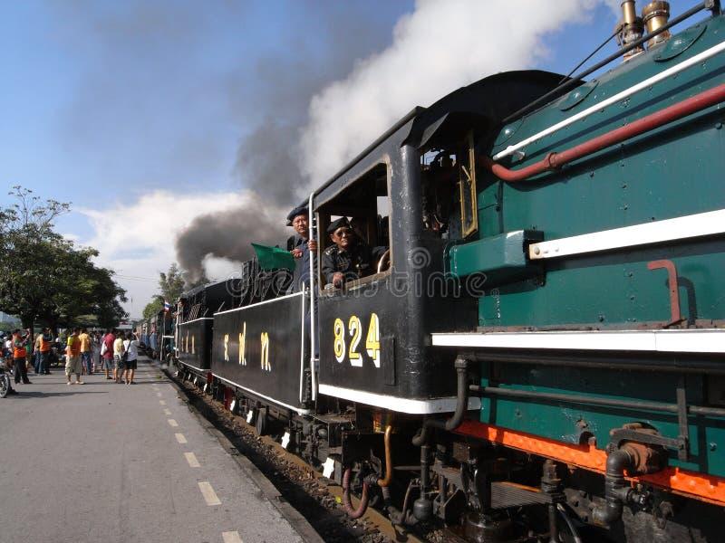 Um trem especial do vapor no golpe processa a estação em Banguecoque foto de stock