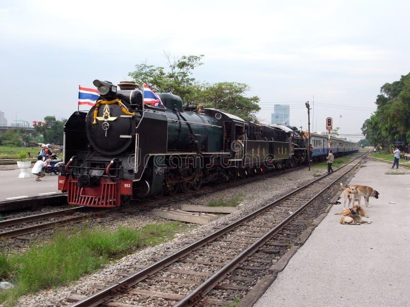 Um trem especial do vapor no golpe processa a estação em Banguecoque imagens de stock