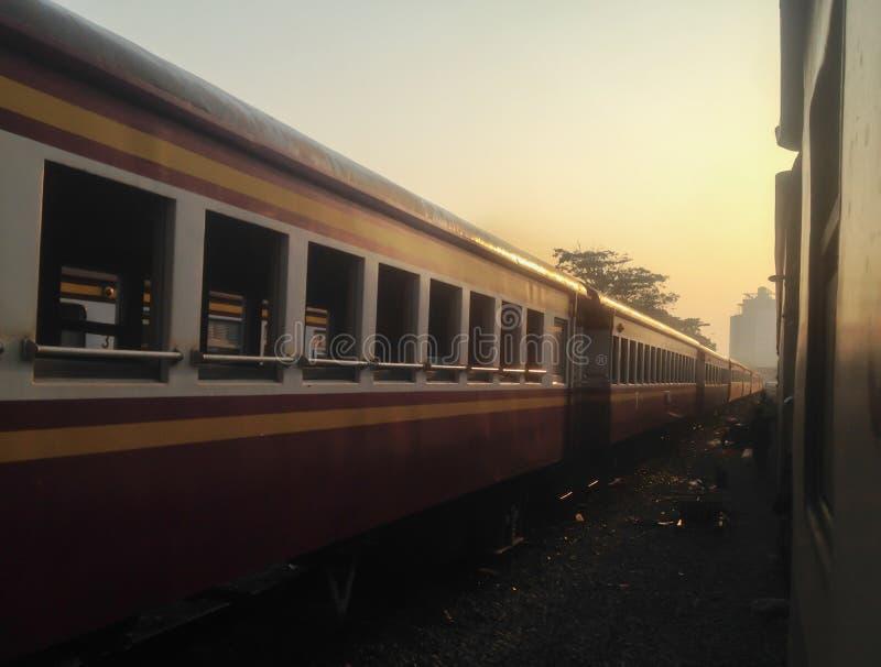 Um trem no estação de caminhos-de-ferro na manhã fotos de stock