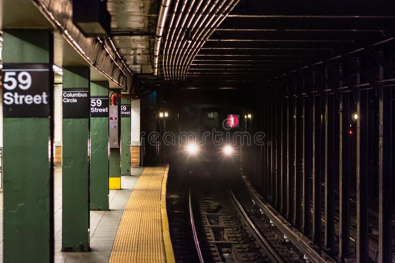 Um trem que aproxima a plataforma na estação de metro de Columbus Circle em Manhattan, New York City imagens de stock royalty free