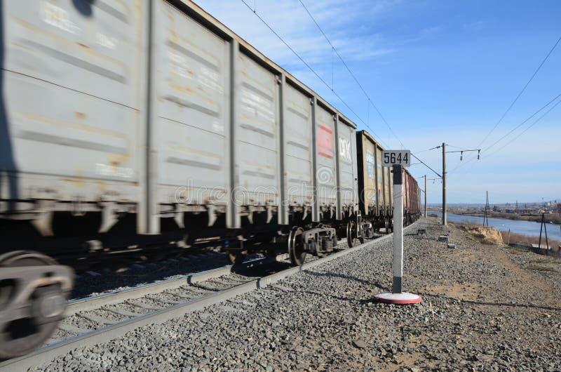 Um trem que parte foto de stock
