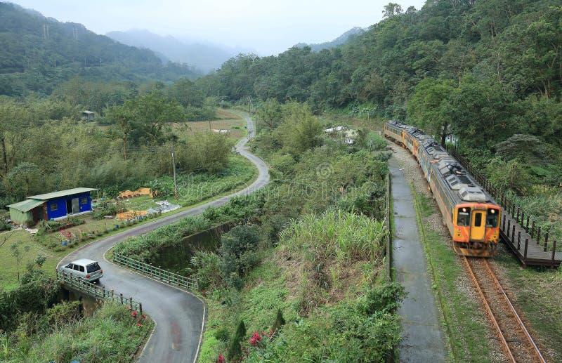 Um trem que viaja rapidamente por uma vila pequena fotos de stock royalty free