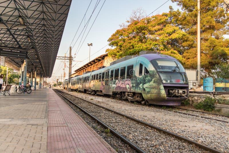 Um trem suburbano estacionou na plataforma de Larissa Train Station foto de stock royalty free