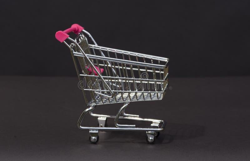 Um trole do supermercado do metal na miniatura foto de stock