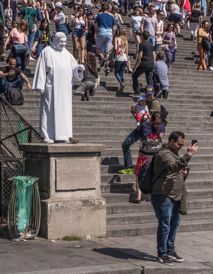 Um turista é fotografado com 'a estátua viva ' imagem de stock