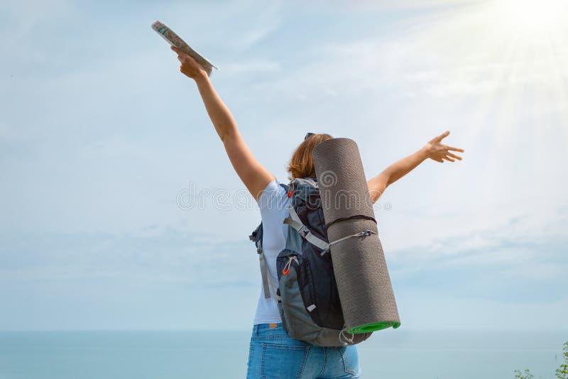 Um turista da mulher aprecia os alvos conseguidos e a vista bonita Fundos: luz do sol fotos de stock