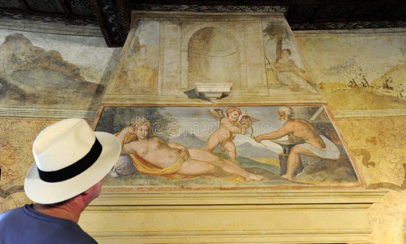 Um turista idoso admira um fresco dos 1500s ½ Petrarca do ¿ de Arquï, paládio, ITÁLIA foto de stock