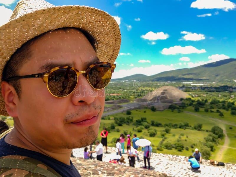 Um turista Mexican-American na pirâmide de Sun em Teotihuacan fotos de stock royalty free