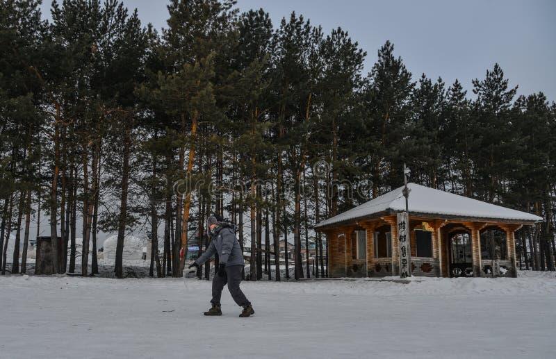 Um turista que joga a ?gua quente no parque do inverno fotos de stock royalty free