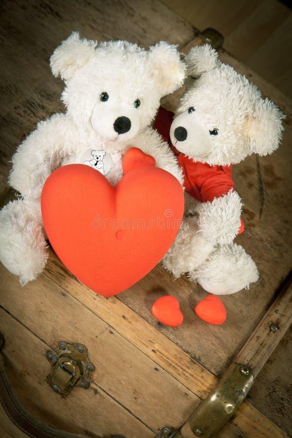 Um urso de peluche dado afastado seu coração foto de stock royalty free