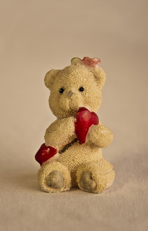 Um urso do brinquedo com coração imagem de stock royalty free