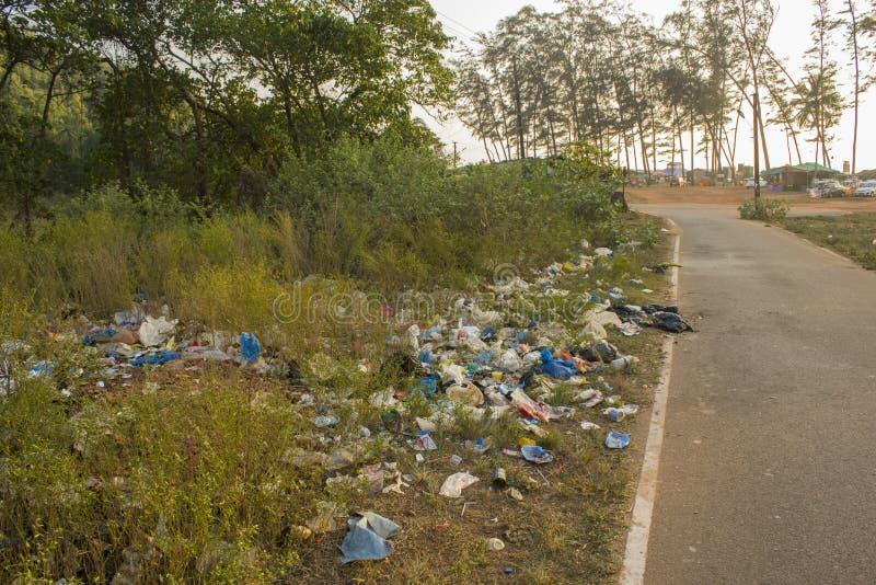 Um vário lixo plástico e de papel no lado da estrada fotografia de stock
