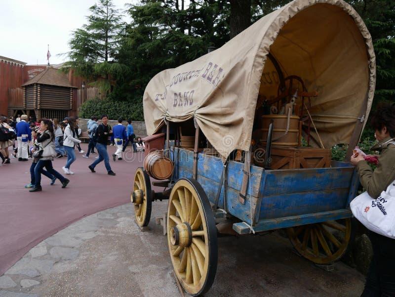 Um vagão coberto e um instrumento velhos, ferramenta, dispositivo, dispositivo, máquina, dispositivo fotografia de stock royalty free