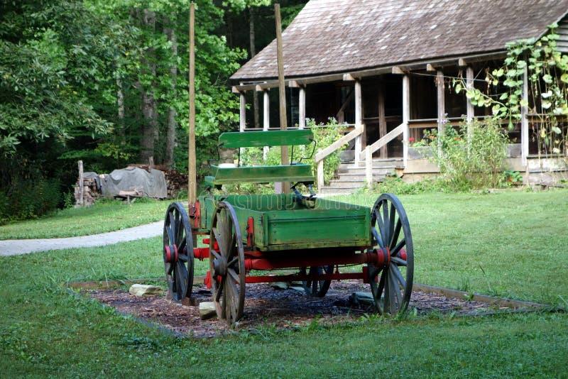 Um vagão de madeira dos dias pioneiros foto de stock royalty free
