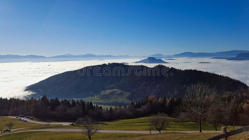 um vale é coberto com a névoa fotografia de stock royalty free