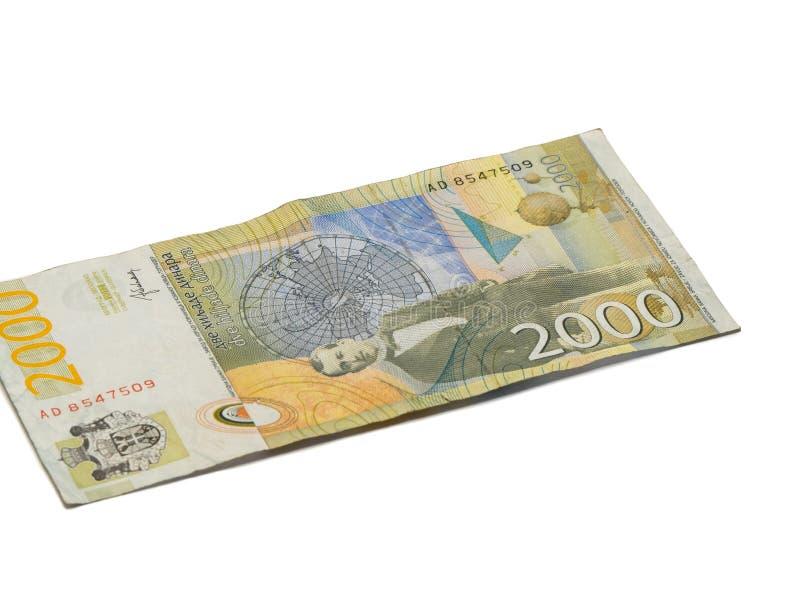 Um valor da cédula 2000 dinares sérvios com um retrato de um cientista Milutin Milankovic do clima isolou-se em um fundo branco imagem de stock