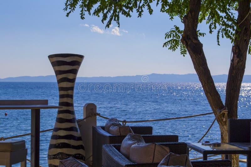 Um vaso velho e o mar Mediterrâneo, Greese fotos de stock