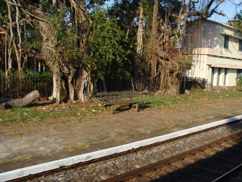 Um veiw de correr o trem interurbano da estrada de ferro imagem de stock