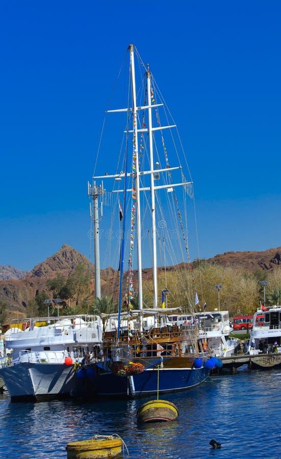 Um veleiro de madeira luxuoso no Mar Vermelho contra o céu azul de Ras Mohammed original imagem de stock