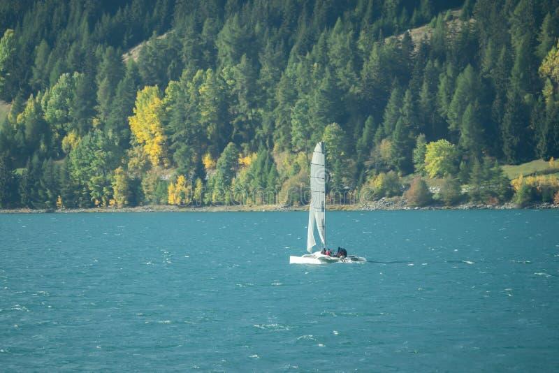 Um veleiro no lago em um dia ensolarado fotos de stock royalty free