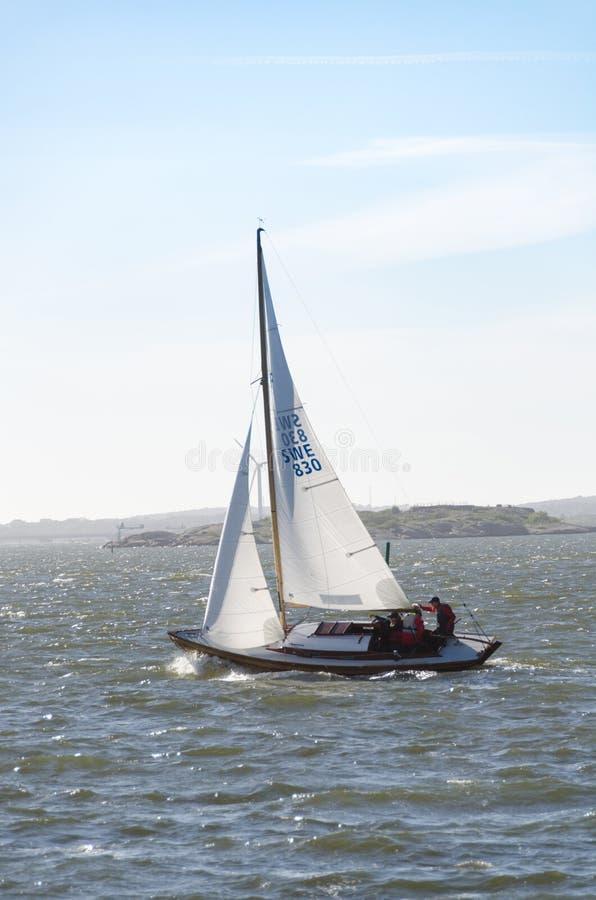 Um veleiro velho feito da madeira na costa oeste de sweden fotografia de stock royalty free