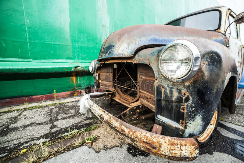 Um velho, americano arruinou o carro imagens de stock