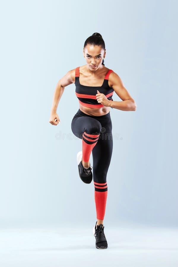 Um velocista forte atlético, das mulheres, vestir de corrida na motivação do sportswear, da aptidão e do esporte Conceito do corr fotos de stock