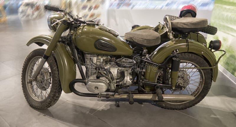 Um velomotor velho está em uma exposição automóvel imagens de stock royalty free