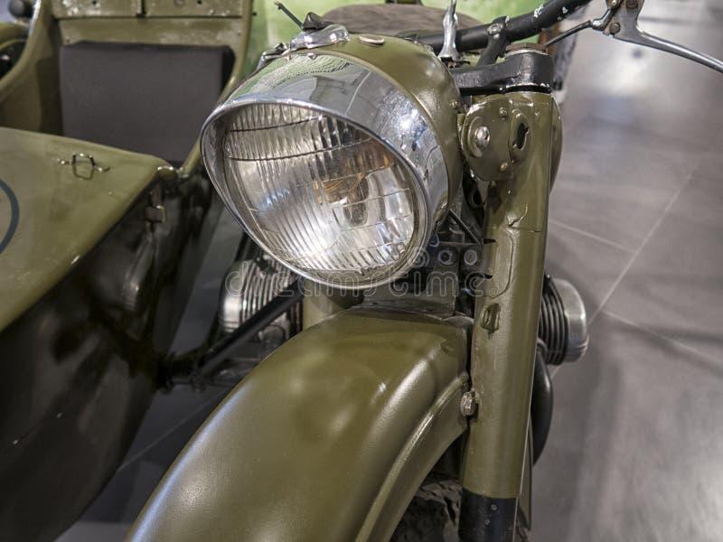 Um velomotor velho está em uma exposição automóvel foto de stock royalty free