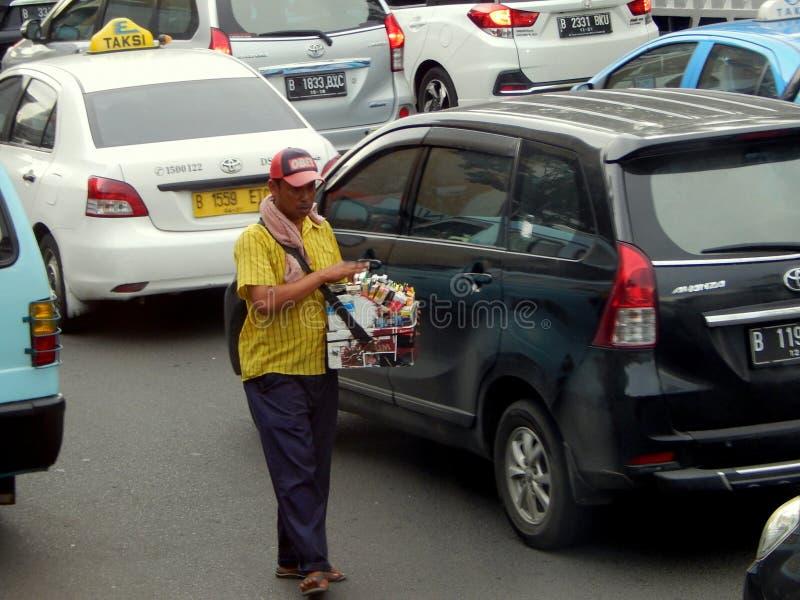 Um vendedor ambulante que vende a mercadoria na rua fotos de stock