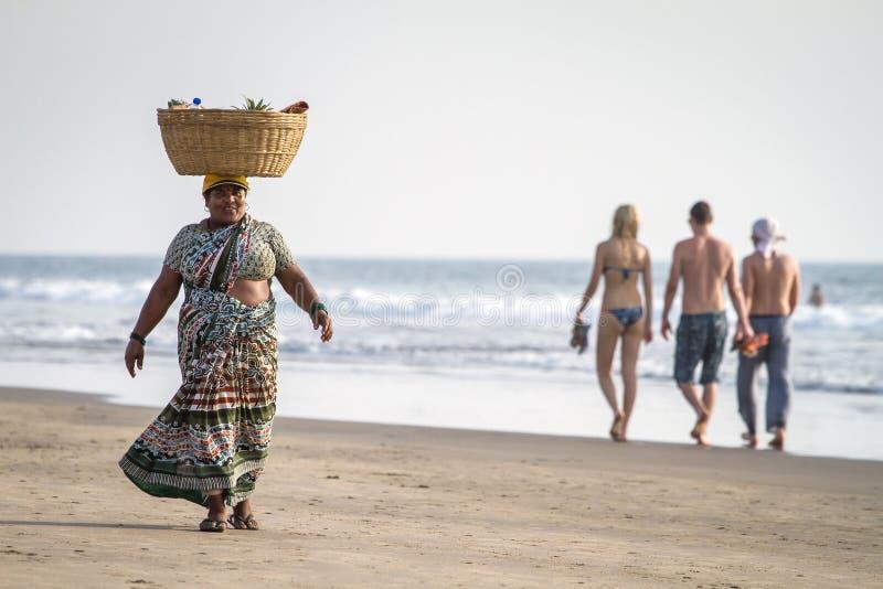 Um vendedor não identificado do fruto na praia em Goa, Índia imagem de stock royalty free