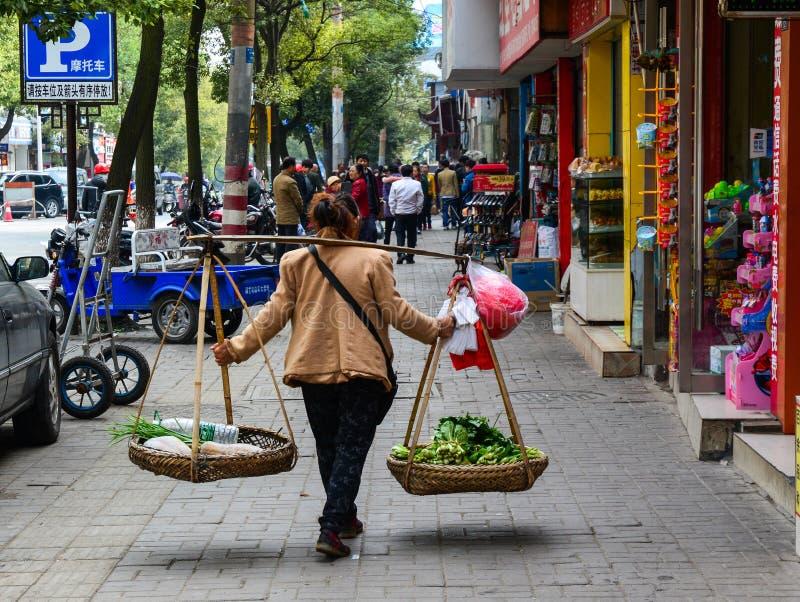 Um vendedor na rua em Nanning, China fotografia de stock royalty free