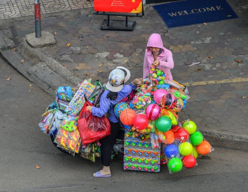 Um vendedor que vende brinquedos na rua fotografia de stock