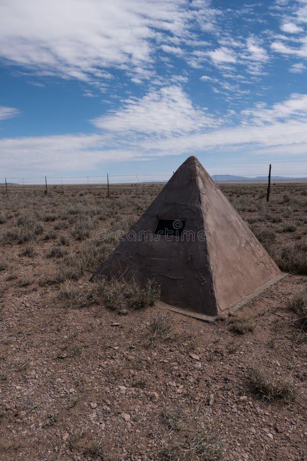 Um vertical de um marcador histórico do batalhão do mórmon no deserto de New mexico foto de stock royalty free