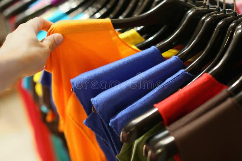 Um vestuário na loja foto de stock