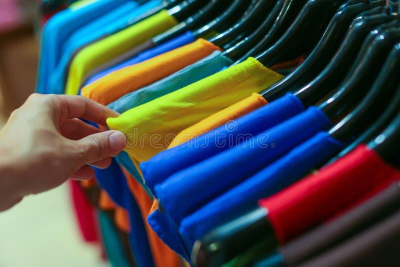 Um vestuário na loja fotografia de stock royalty free