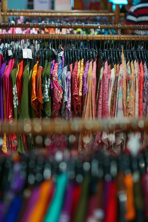 Um vestuário na loja imagens de stock