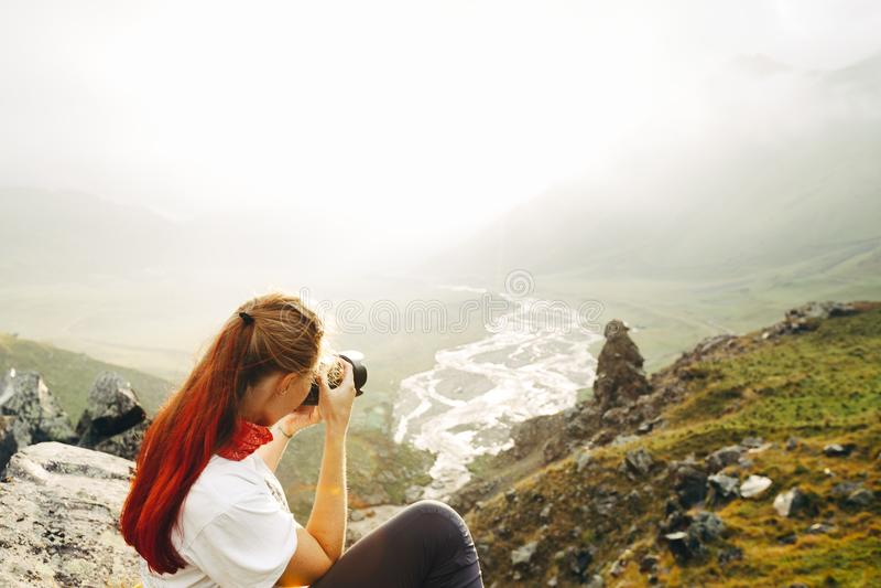 Um viajante da moça toma imagens de um landsc da montanha do verão fotografia de stock royalty free