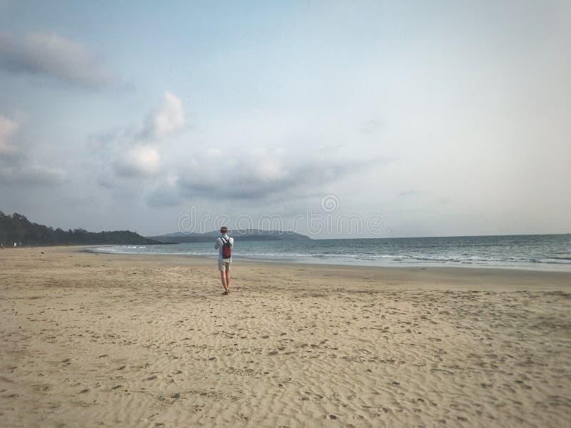 Um viajante em uma praia abandonada imagens de stock royalty free