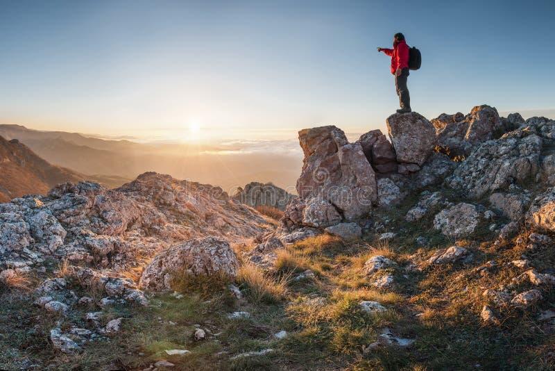 Um viajante feliz em uma parte superior da montanha fotografia de stock royalty free