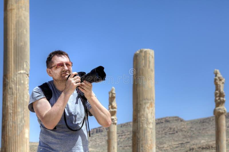 Um viajante independente em sua própria viagem fotografa as ruínas imagens de stock