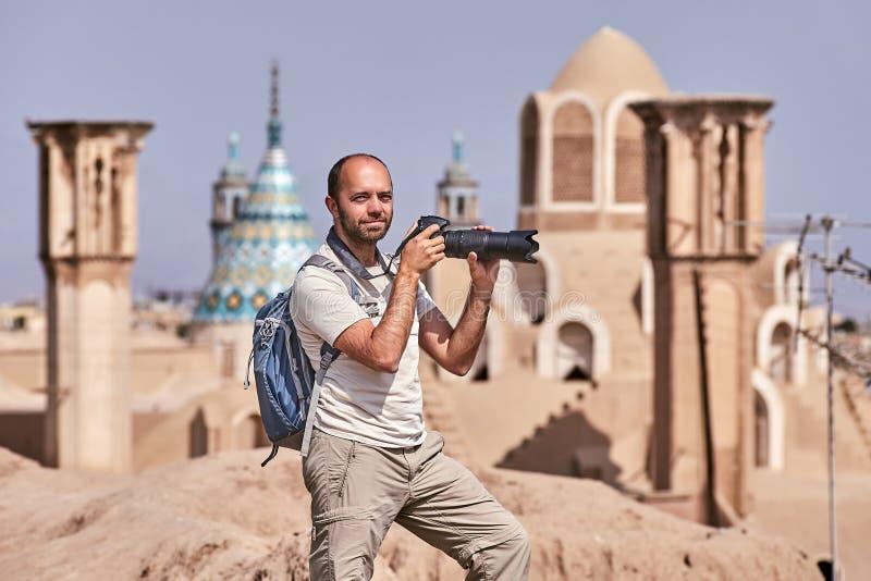 Um viajante independente faz uma foto, cidade antiga de Kashan, Irã fotos de stock