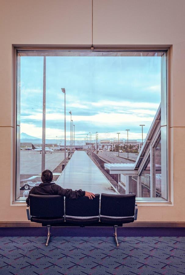 Um viajante no aeroporto fotos de stock