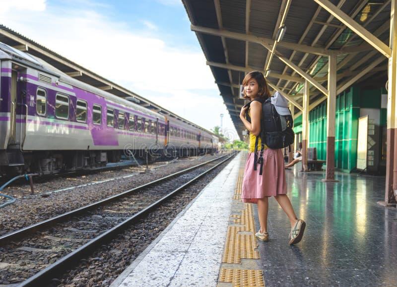 Um viajante, senhora do mochileiro na roupa ocasional que está e espera fotos de stock royalty free
